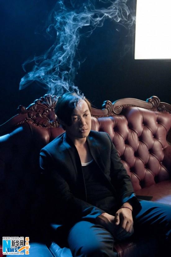陈奕迅拍摄《内疚》MV 为演心理争扎玻璃瓶打