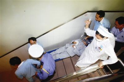 曾强/昨天,省人民医院举行消防演练,医务人员用担架将病号疏散下楼...