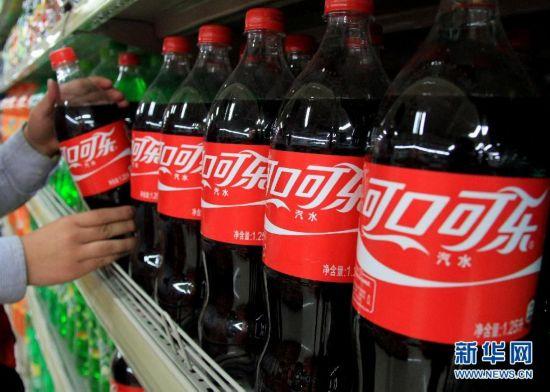 临沂市沂南县一超市员工在摆放可口可乐饮料.-可口可乐在中国大陆