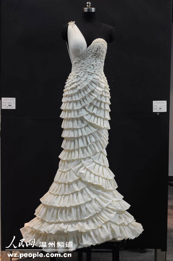 将毫无肌理的白坯布瞬间变成一件件具有立体感的派对小礼服造型.图片