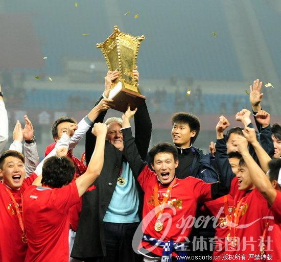 足协杯:天津2-1逆转山东 捧起冠军奖杯