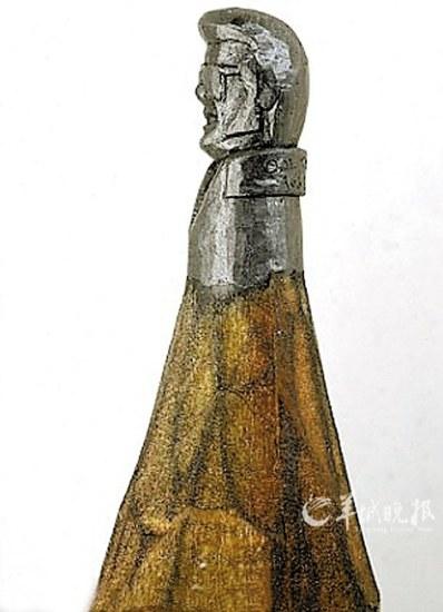 雕刻小物件,比如他曾用粉笔进行过雕刻.最终,石墨芯的铅笔成