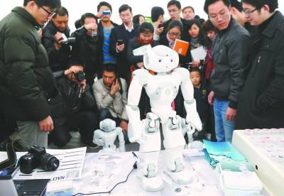 服务、医疗、娱乐机器人参展.图为参展的法国智能机器人吸引了众