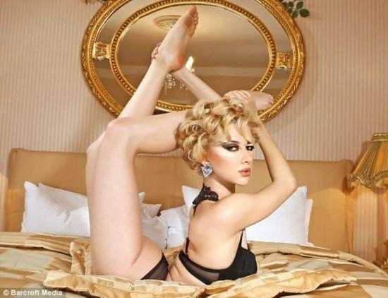 俄美女另类新年挂历 展示绝妙身体柔术组图