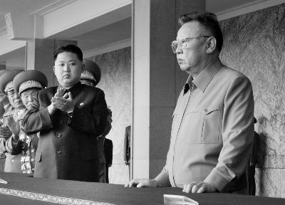 金正日与金正恩(左)在一起-朝鲜最高领导人金正日逝世