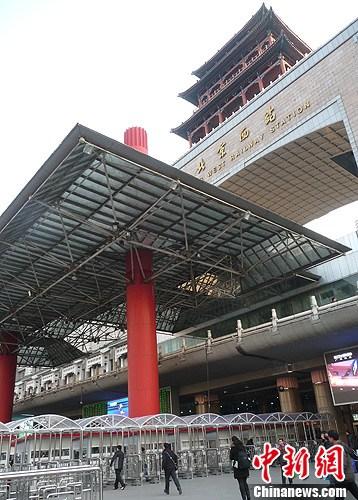 """12月25日,北京西站北广场的""""实名验票亭""""安装完毕亮相,将于龙"""