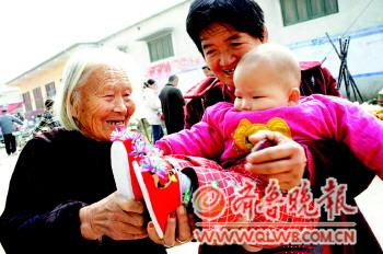 87岁老人和老虎鞋