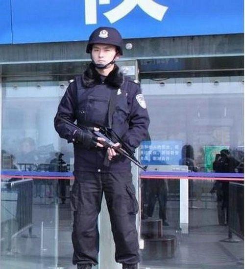 南京火车站暴帅特警走红网络图片