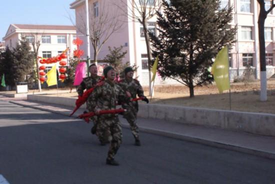 武警8621部队组织 扬传统 争先锋 连旗接力赛图片