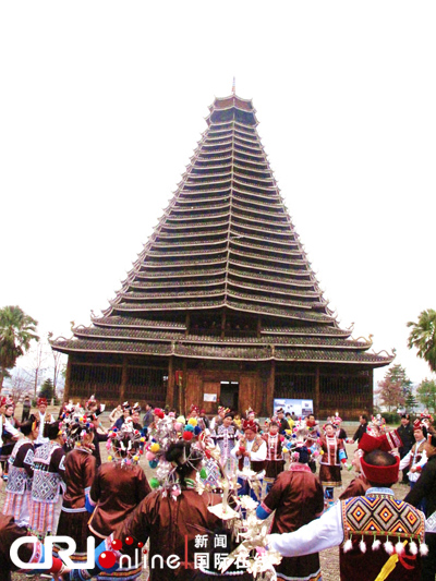 三江县侗族同胞与游客一起跳起多耶舞(荣蓉摄)-广西三江侗族自治图片