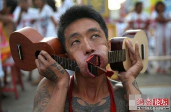 一名男子用两把小提琴刺穿双颊
