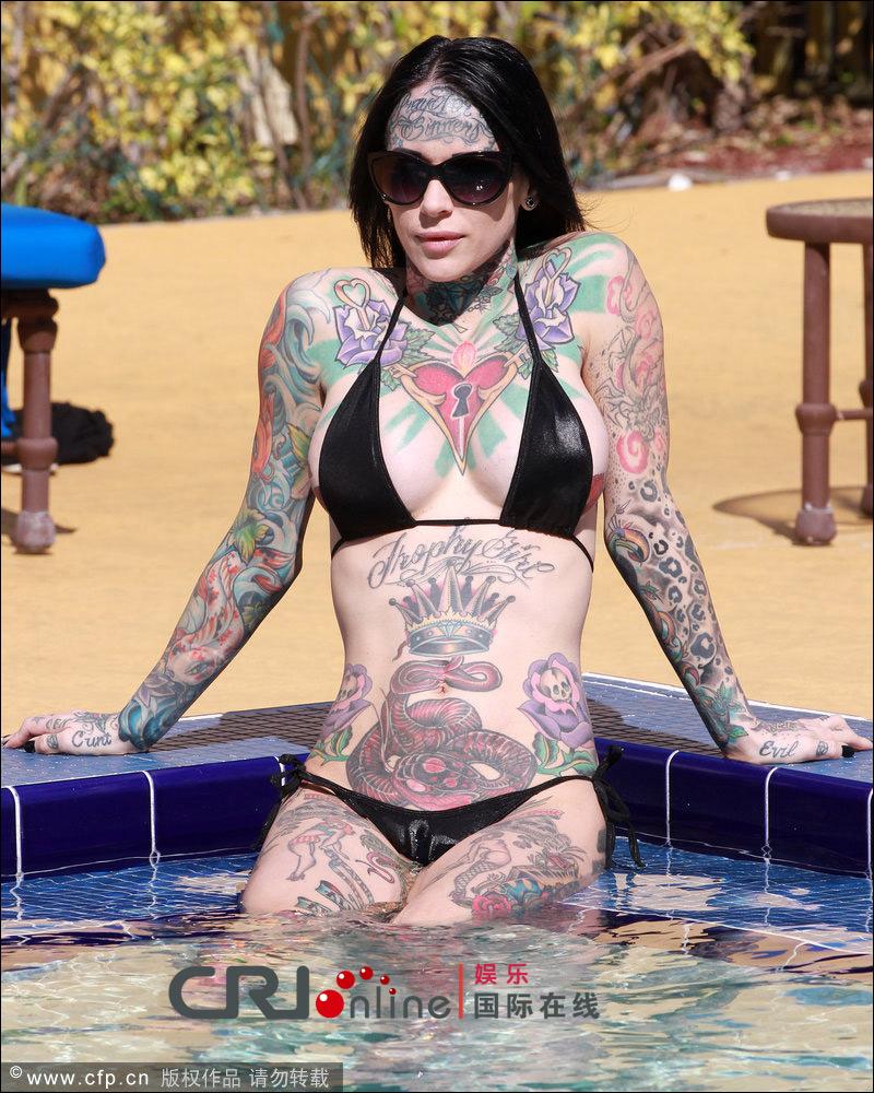纹身女身体似涂鸦板