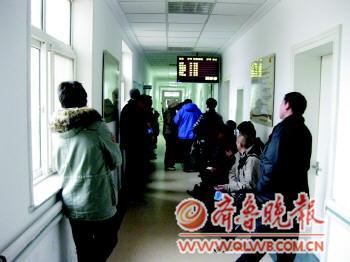 日下午,在市立医院产科门诊,孕妇的家属们正在排队等待叫号检查