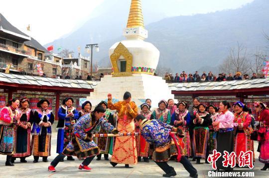 ...节日盛装齐聚甘堡藏寨,举行盛大庆祝活动,欢度藏历新年.