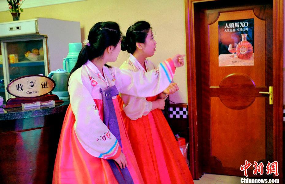 积极向上的风景素材-资料图片:在中国工作的朝鲜餐厅女服务员-上海的朝鲜国营餐馆