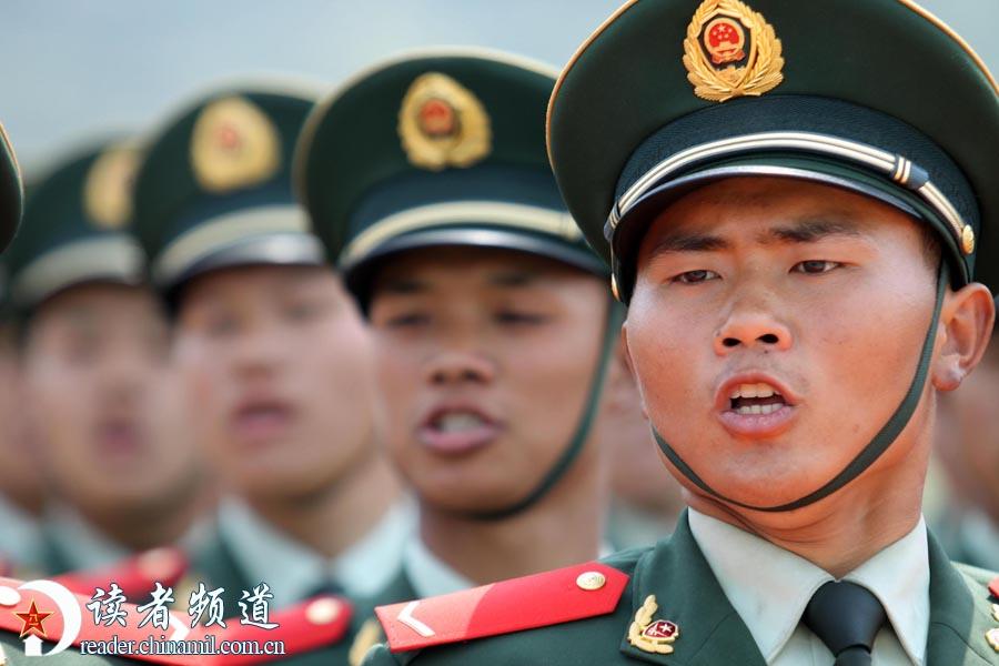 千名武警新兵参加新兵训练阅兵式 女兵英姿飒爽图片