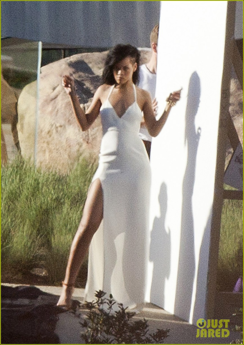 高清:蕾哈娜为时尚杂志拍摄现场 白衣长裙摆撩人姿势