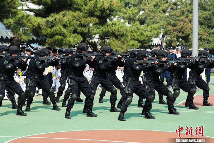 中国海军特种部队表演军事技能图片