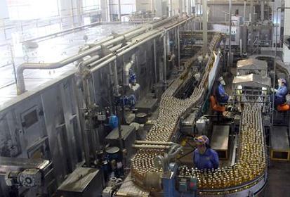 """""""第八届中国网络媒体山东行采访团来到有着109年历史的青岛啤酒厂采访"""