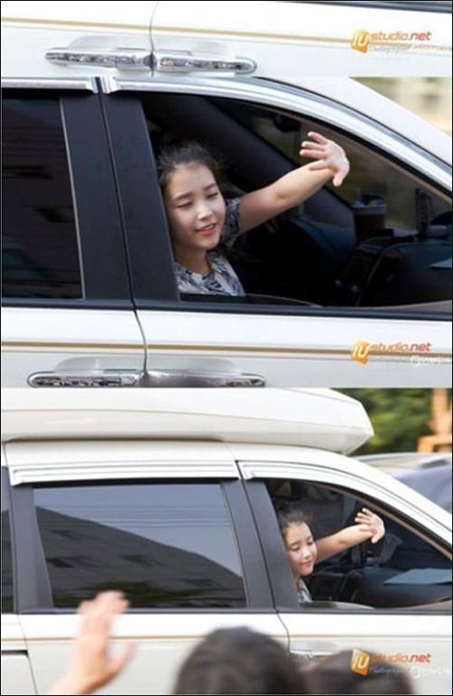 妹妹 iu/韩国国民妹妹IU行驶车中不忘向粉丝挥手