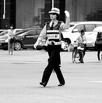 帅气女交警被喻迈克·杰克逊.-沈阳帅气美女交警被喻迈克杰克逊蹿