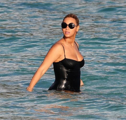 2012欧美热辣女星沙滩秀 - 深海 -