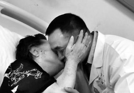 河南八旬老太拥吻救命医生 瞬间感动众多网友
