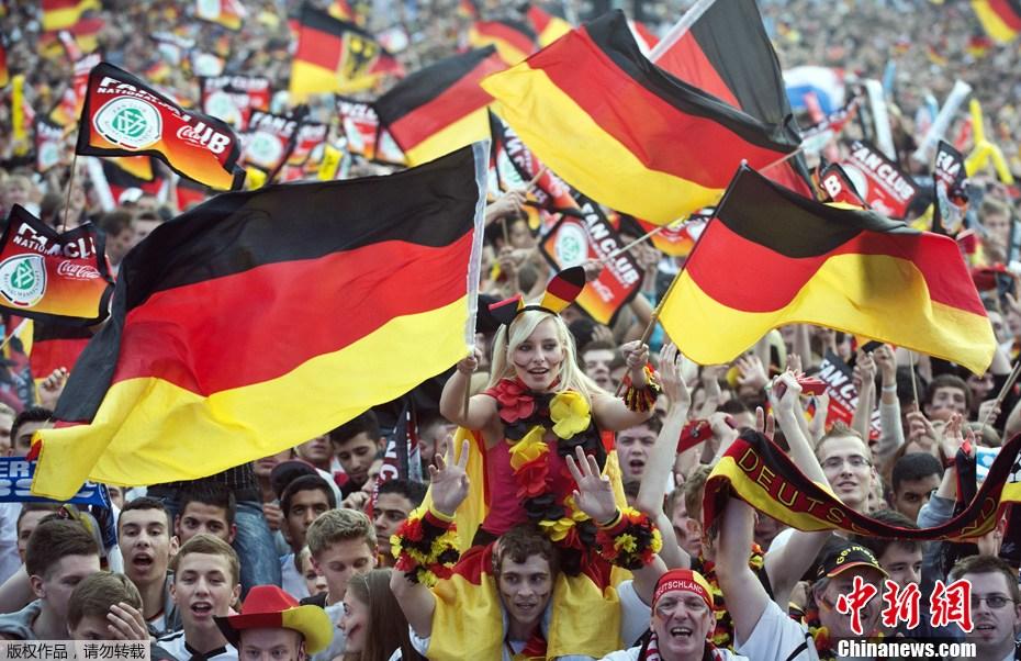 40万球迷齐聚勃兰登堡门 为德国队呐喊助威