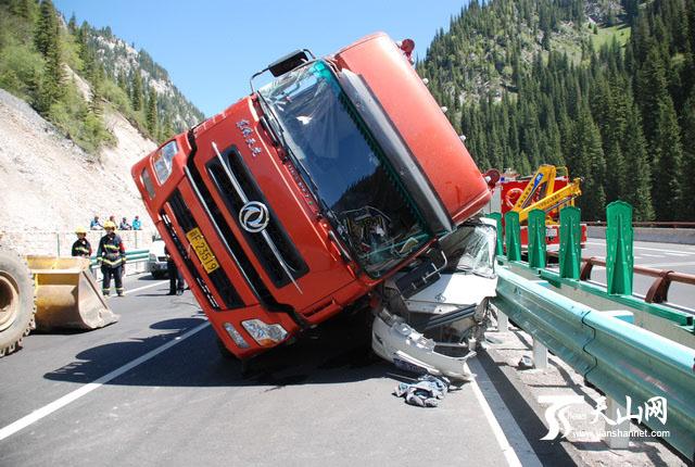 """伊犁州赛果高速公路¨911""""交通事故现场"""