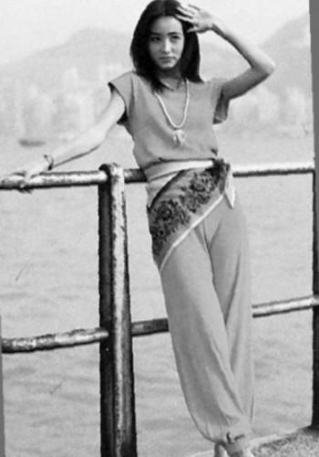 美女穿超透明挤b裤