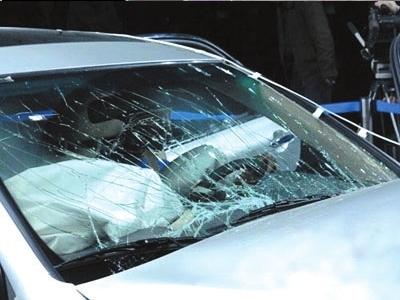 汽车的挡风玻璃是一种经过特殊处理的玻璃,不仅起到装饰汽高清图片
