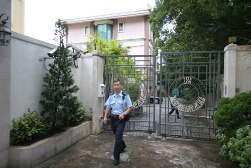 大马富豪郭令海名下山顶豪宅发生名画失窃案,警员到现场调查