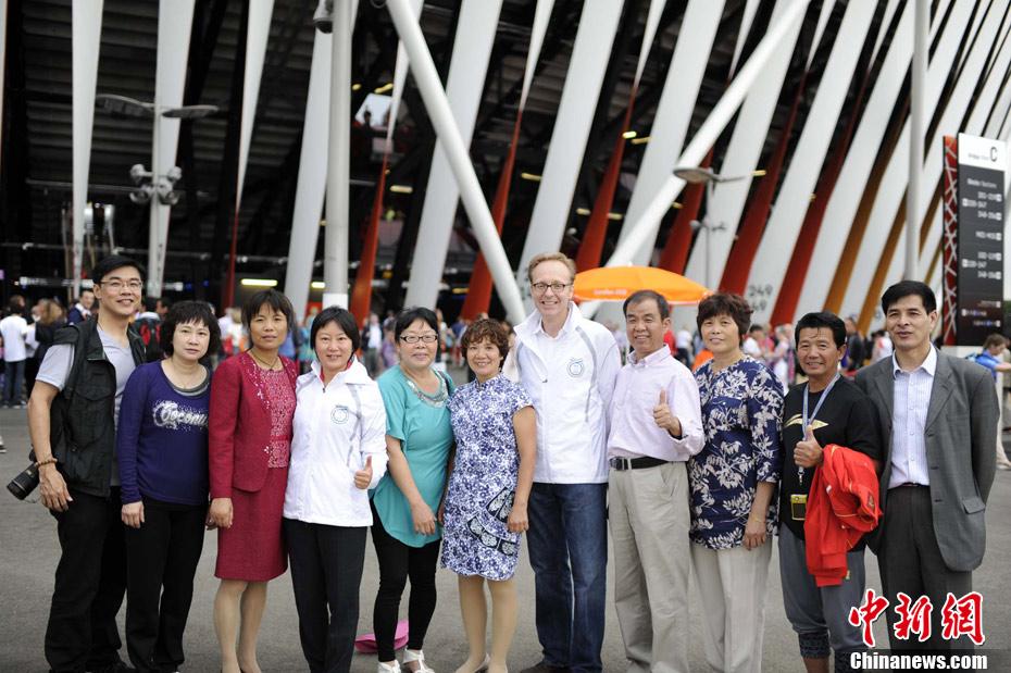 间7月27日,2012年伦敦奥运会开幕式现场,世界冠军林丹的父母(图片