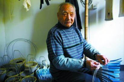 71岁老人为考研在武大蹭课 最老学霸成偶像