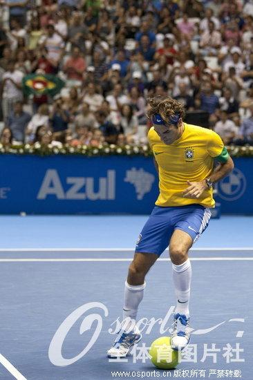 赛 费德勒身穿巴西队服秀球技图片