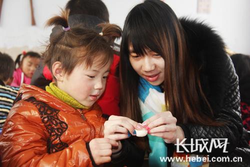 让小朋友在自己动手包饺子的过程中,加深对我国传统民俗文化的理解