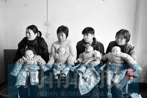 抱着生病的四胞胎,一家人都愁眉不展