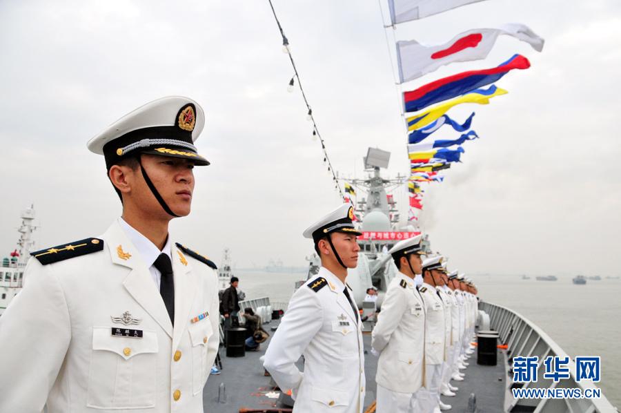 海军官兵在甲板列队新华军事记者安晨
