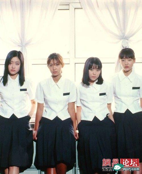 女生 对比/早期韩国女子高中生的校服,女生是统一的白衬衫黑裙子。