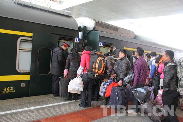 拉萨火车站迎来了春运的客流高峰