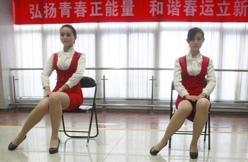 济南春运美女志愿者浓妆艳抹露美腿【高清】