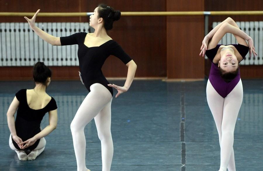 做着各种高难度技巧动作.-山东艺术学院舞蹈专业考试现场图片