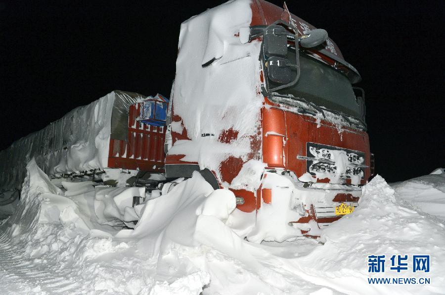 中国 哈密/3月9日,在新疆哈密巴里坤县,车辆被风雪围困。