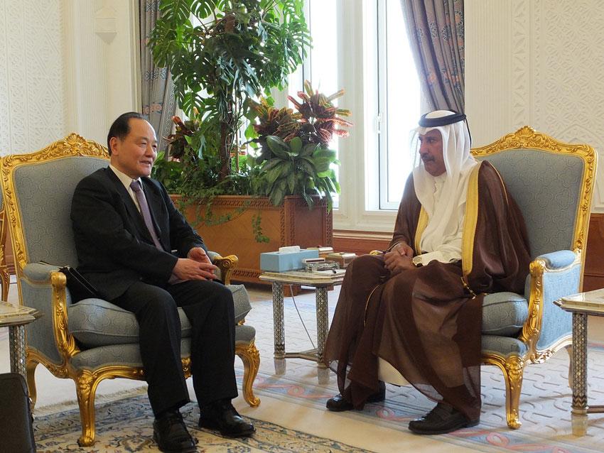 2013年4月3日,卡塔尔首相兼外交大臣哈马德(右)在卡塔尔首都多哈会见中国中东问题特使吴思科,双方就进一步发展双边关系交换了意见。 图片:新华社发(卡塔尔埃米尔宫提供)