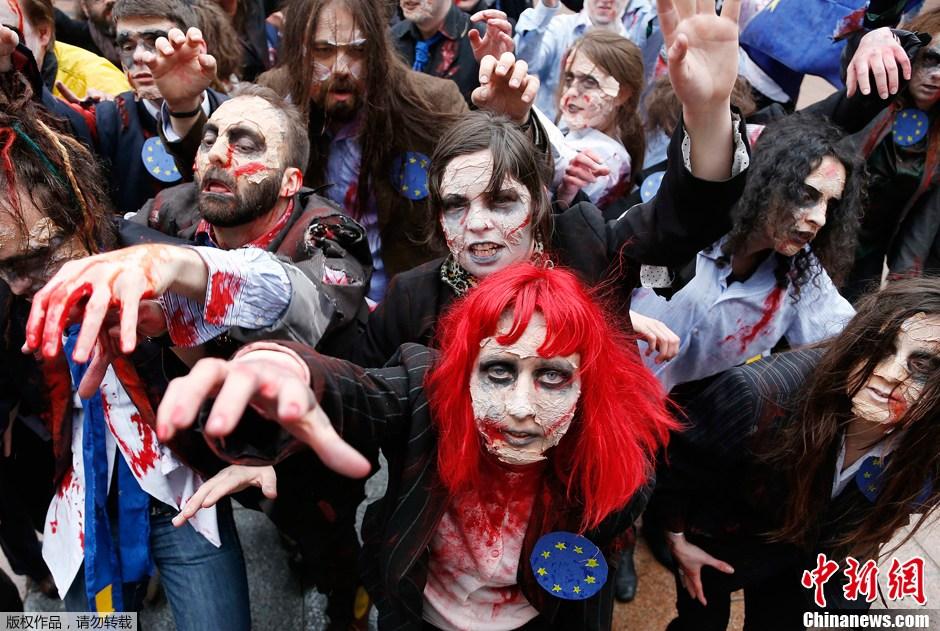 """...群快闪族在欧盟议会前扮僵尸大跳迈克杰克逊的\""""战栗者\""""."""