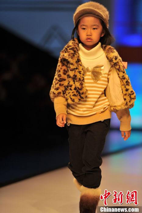 图为小模特T台走秀,有模有样.吕明 摄-石狮时装周上演童装秀 可爱