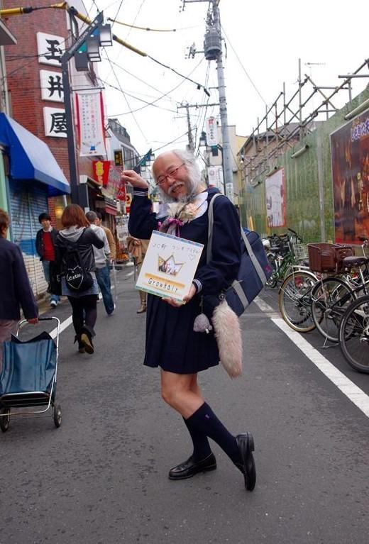 62岁大叔扮萝莉爆红 绑辫子穿短裙模样萌翻天