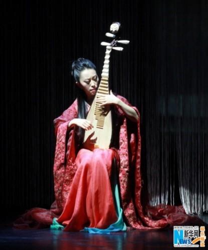 在赵聪演奏《新编十面埋伏》时, 又具有时尚的特色的服装在舞台灯