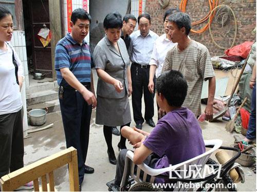 县领导看望、慰问残疾人 贾楠 摄