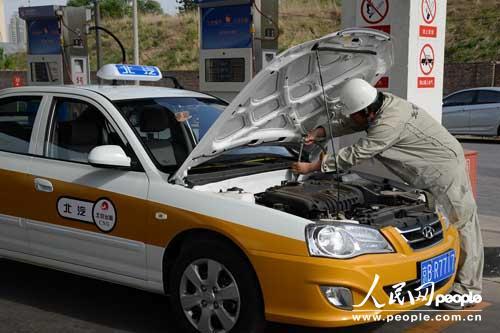6升,既可以使用常规汽油,又可以使用压缩天然气,由驾驶员通过安装在车